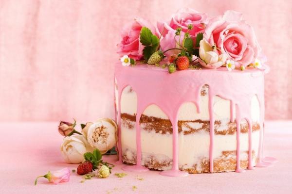 nackter sommerlicher kuchen mit erdbeeren und rosen
