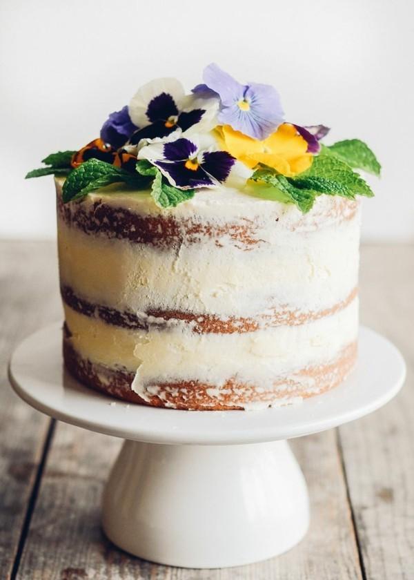 nackter sommerlicher kuchen mit stiefmütterchen und minzblättern