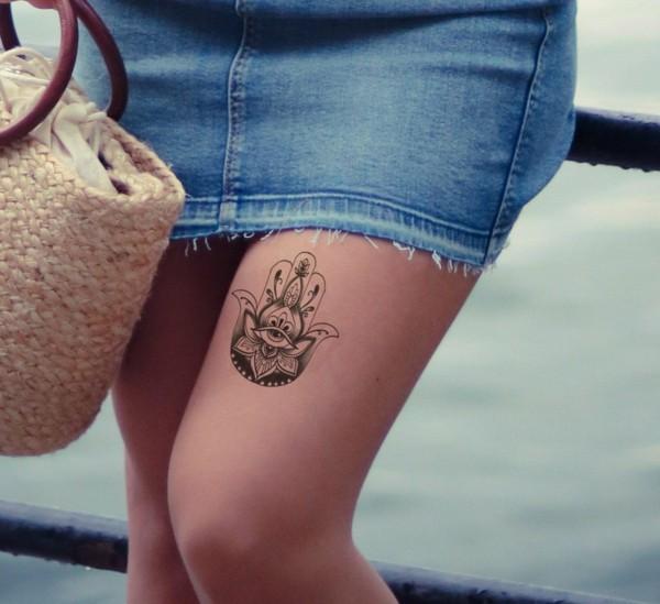 oberschenkel hamsa tattoo klein