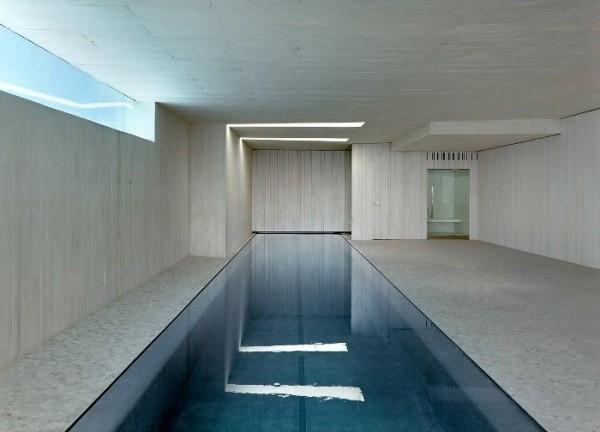 pool im haus eng, tief, minimalistisch