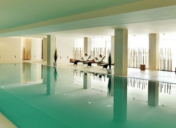 pool im haus hellblaue farbe