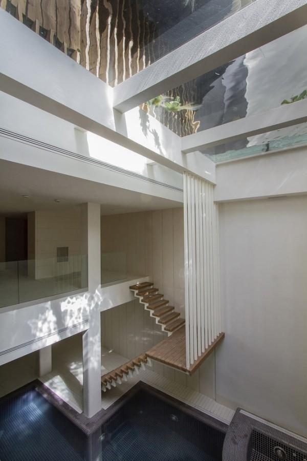 pool im haus in mehrgeschossiger architektur