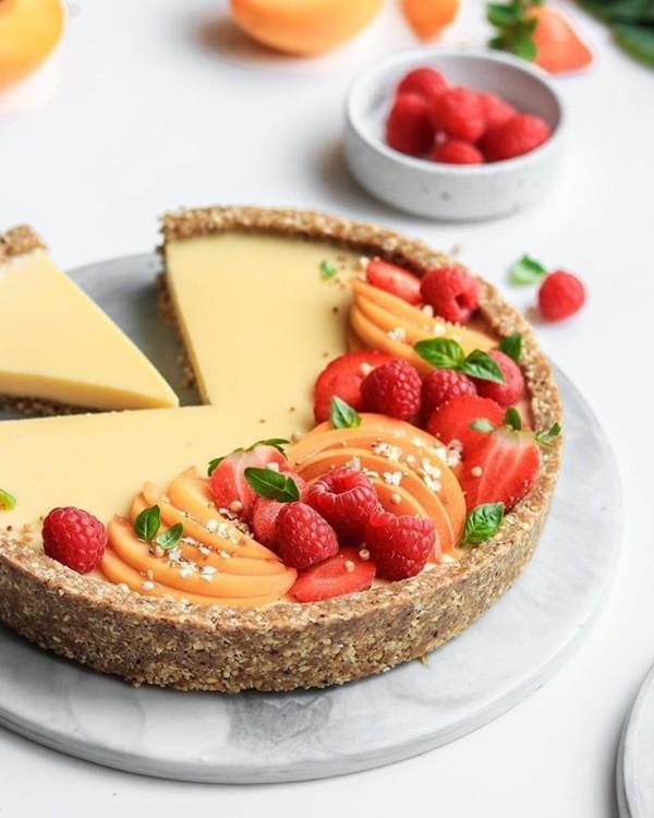 roher sommerlicher kuchen mit himbeeren und pfirsichen