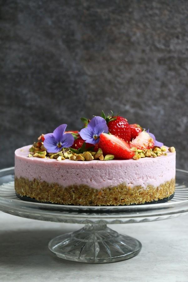 roher sommerlicher kuchen mit pistazien und erdbeeren