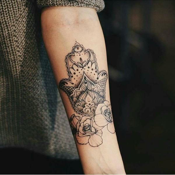 rosen hamsa tattoo unterarm