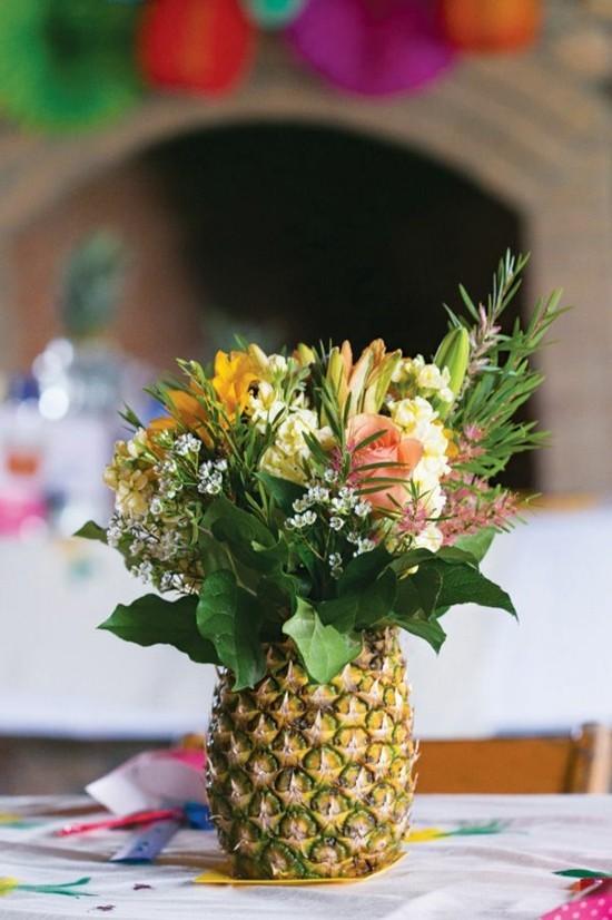 sommerliche tischdeko ideen mit ananas vase