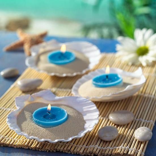 sommerliche tischdeko ideen mit muscheln und blauen kerzen