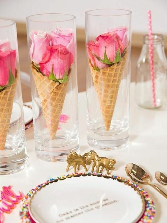 sommerliche tischdeko ideen mit rosen und eiswaffeln