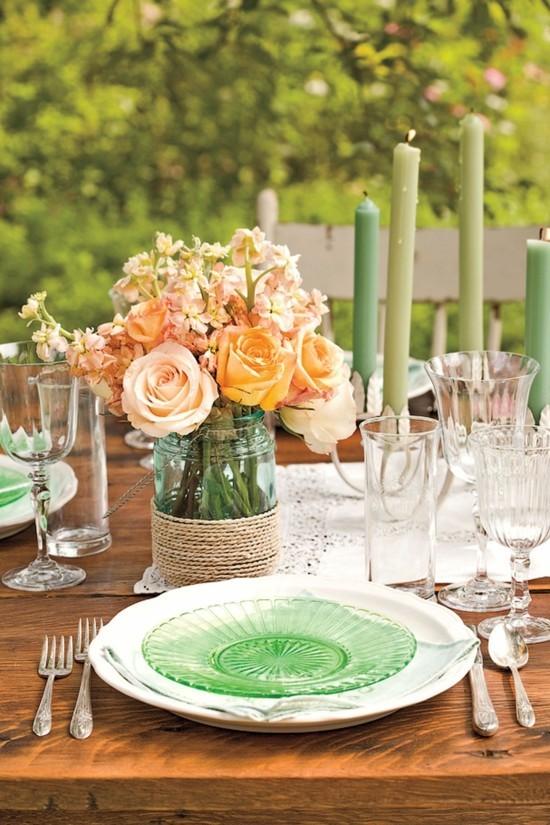 sommerliche tischdeko ideen mit rosen und grünen kerzen