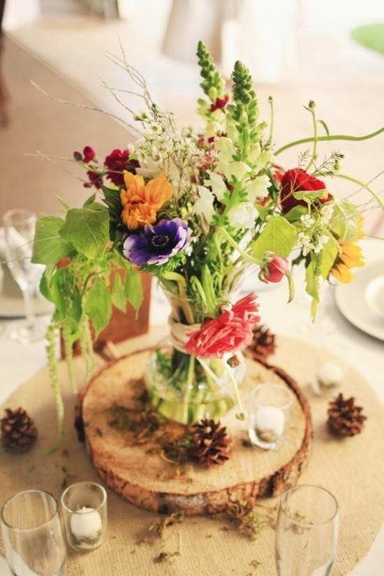 sommerliche tischdeko ideen wildblumen und zapfen