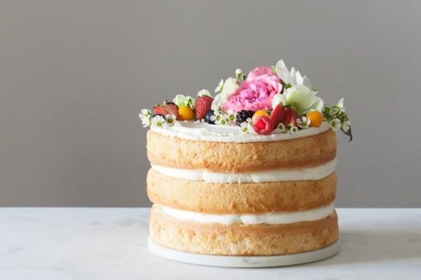 sommerlicher kuchen layer cake mit beeren und blüten