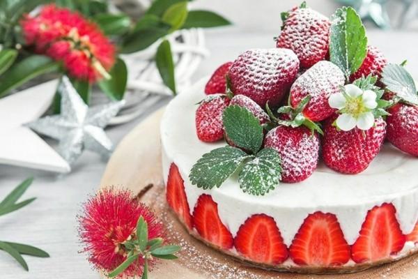 sommerlicher kuchen mit kokosnüssen erdbeeren und yoghurt