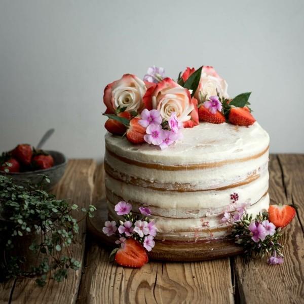 vanille beeren sommerlicher kuchen mit rosen