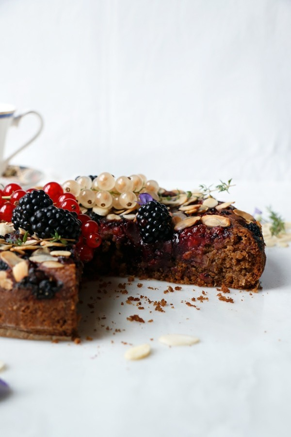 veganer sommerlicher kuchen brownie mit beeren