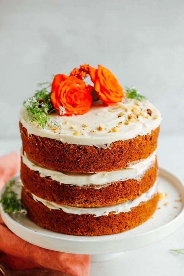 veganer sommerlicher kuchen mit karotten und nüssen