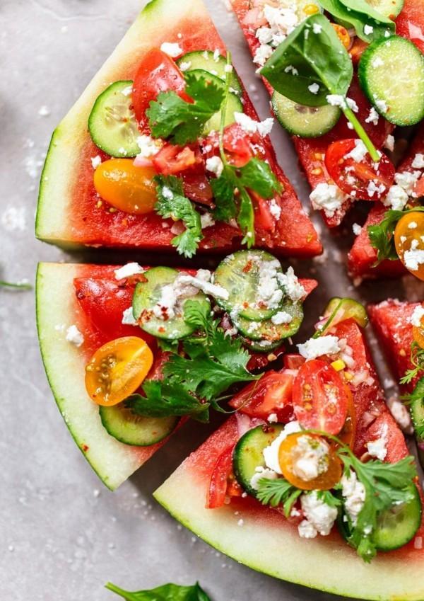 veganer wassermelonen feta salat mit gurken und petersilie