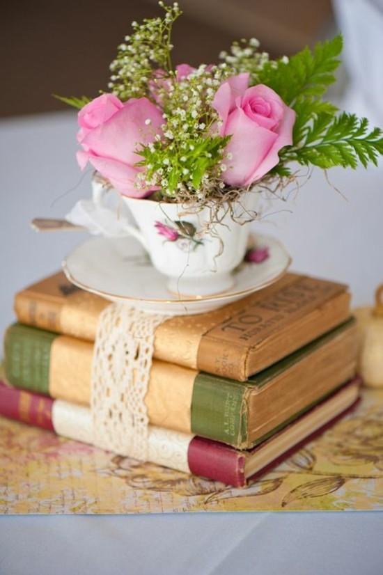 vintage sommerliche tischdeko mit rosen und porzellan