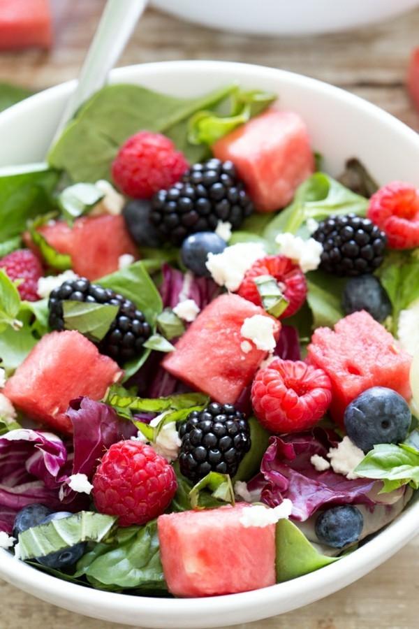 wassermelonen feta salat mit himbeeren und blaubeeren