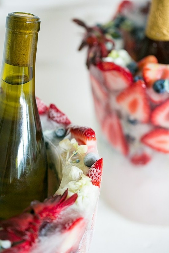 weinkühler aus eis mit erdbeern und blüten