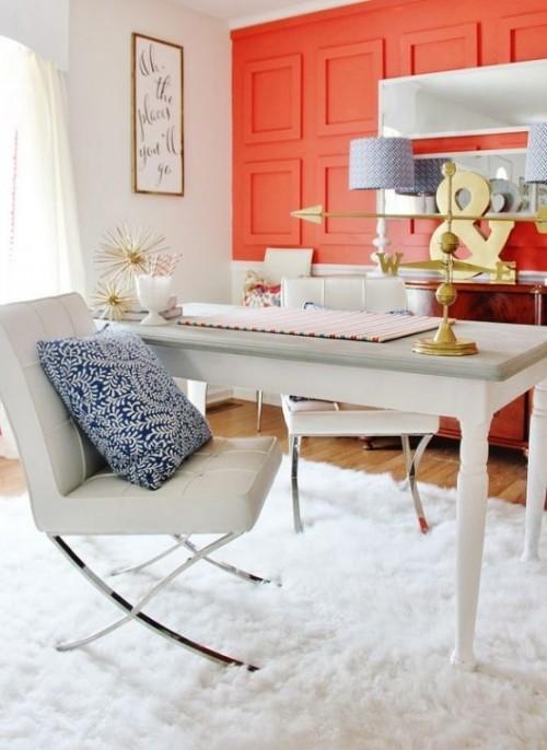 Akzentwand moderne Wandgestaltung 3D Paneele in Pfirsichfarbe im Heimbüro weißes Ambiente