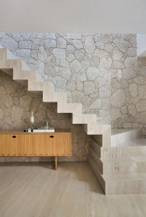 Akzentwand moderne Wandgestaltung Flur Stein Glas Holz Beton ein Mix aus Materialien