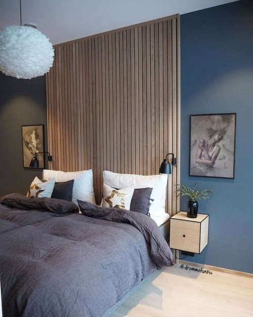 Akzentwand moderne Wandgestaltung Holzbretter beiderseits symmetrisch zwei Bilder Wandlampen Nachttische
