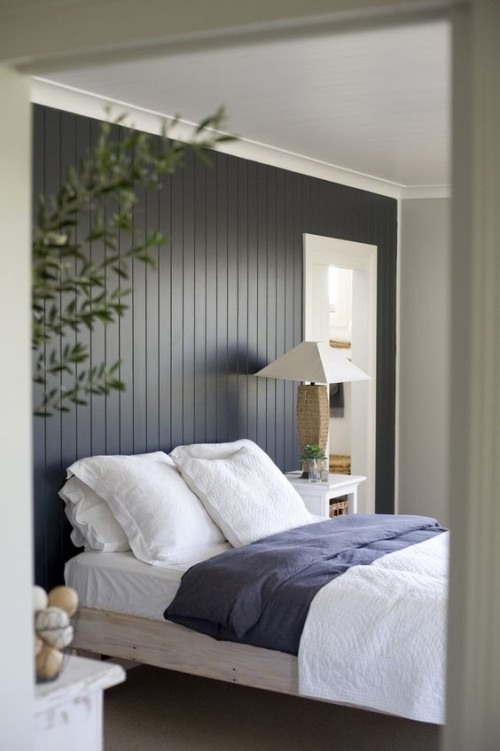Akzentwand moderne Wandgestaltung Holzwand in Dunkelgrau gestrichen sehr ansprechendes Schlafzimmer