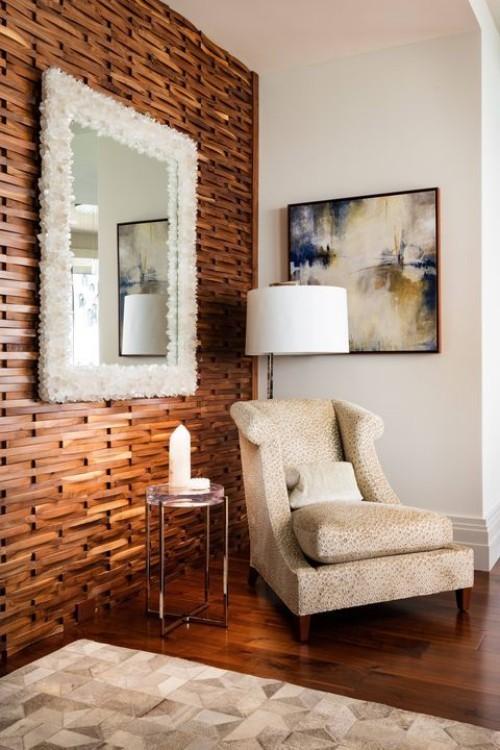 Akzentwand moderne Wandgestaltung Holzwand rustikales Ambiente großer Wandspiegel weißer Rahmen Sessel Bild Stehlampe weiße Kerze