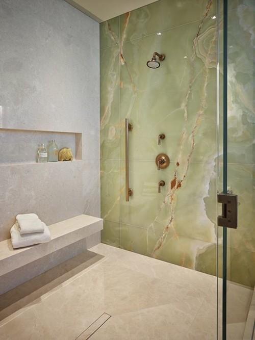 Akzentwand moderne Wandgestaltung Marmor im Bad minimalistisches Baddesign Glaswand