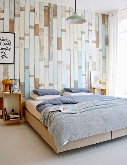 Akzentwand moderne Wandgestaltung Schlafzimmer verschiedenfarbige Holzbretter rustikales Flair