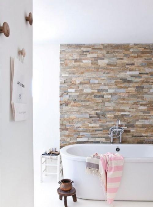 Akzentwand moderne Wandgestaltung Steinwand im modernen weißen Badezimmer