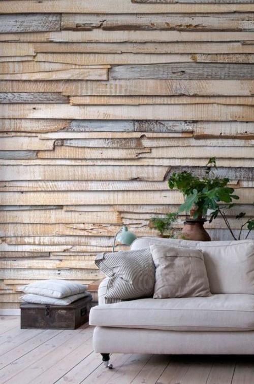 Akzentwand moderne Wandgestaltung beige graue Holzbretter graues Sofa Kissen grüne Pflanze