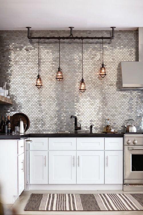 Akzentwand moderne Wandgestaltung glitzernde Fliesen sehr attraktiv in der Küche
