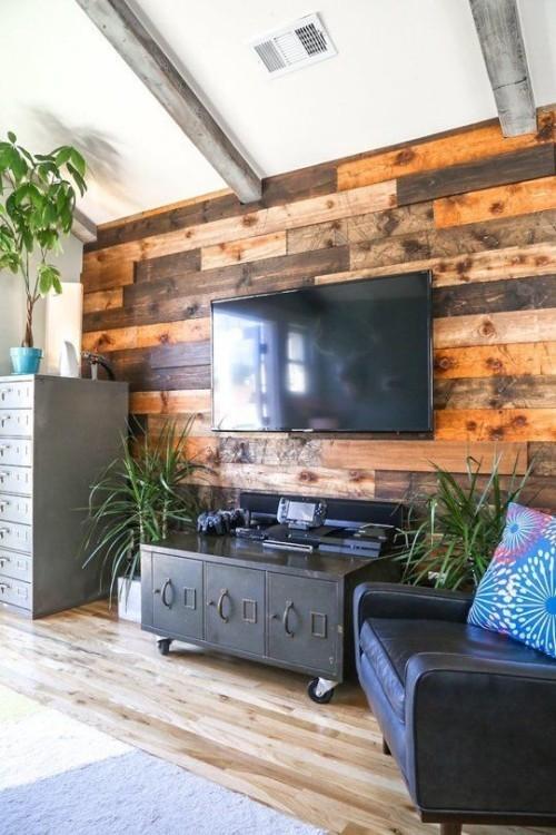 Akzentwand moderne Wandgestaltung kreatives Wohnzimmerkonzept Holzwand Fernseher grüne Pflanzen