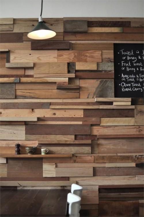 Akzentwand moderne Wandgestaltung modernes Esszimmer Holzwand kleine Regals