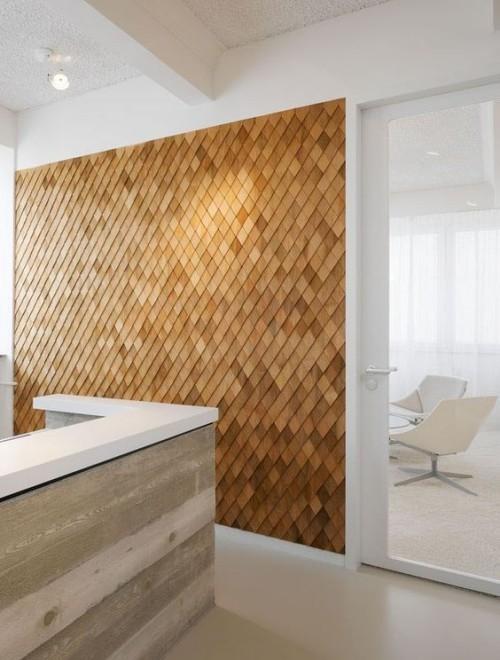 Akzentwand moderne Wandgestaltung modernes Raumkonzept Marmor weiße Sessel Holzwand