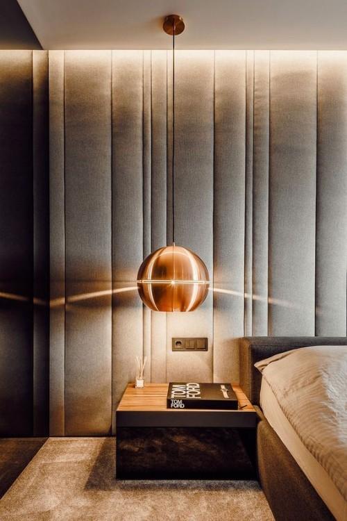 Akzentwand moderne Wandgestaltung verschiedene Braunnuancen visueller Einklang Lampe Wand Bett Möbel Teppich