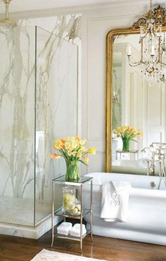 Art Badewanne Duschecke aus Glas großer Spiegel mit verziertem Rahmen Kristall-Kronleuchter