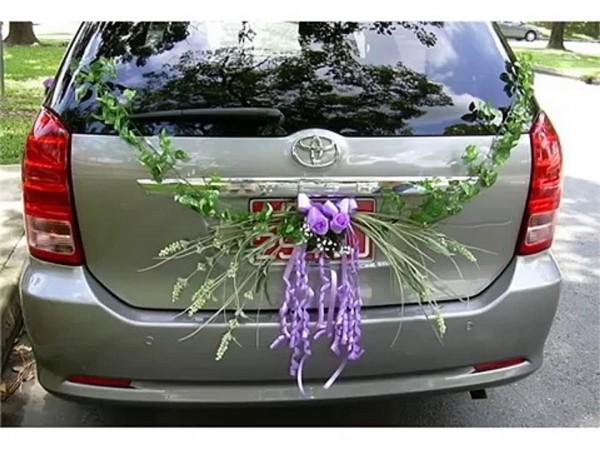 Autoschmuck Hochzeit Kranz mit Lila in der Mitte