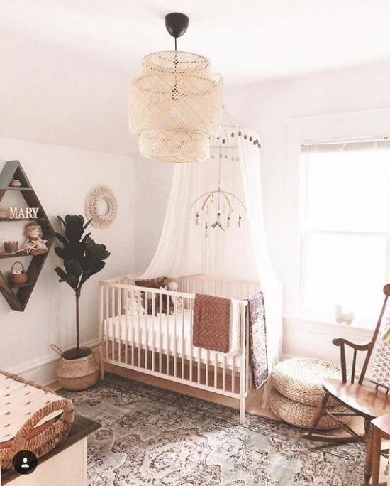 Babyzimmer Deko Ideen Boho Stil Bett mit Baldachin Holz Flechtmöbel sehr ansprechend und gemütlich