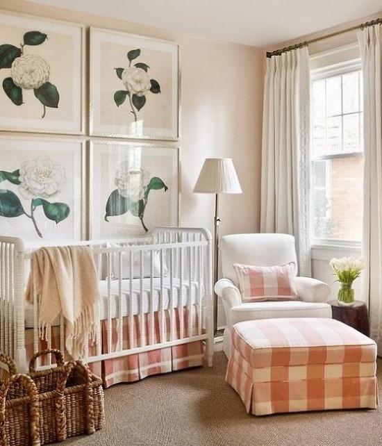 Babyzimmer Deko Ideen weiße Möbel florale Wandbilder schottische Muster in Beige