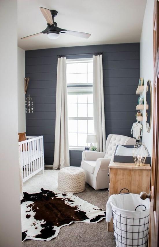 Babyzimmer Deko Ideen weiße Möbel marineblaue Wände Pelz auf dem Boden Korb