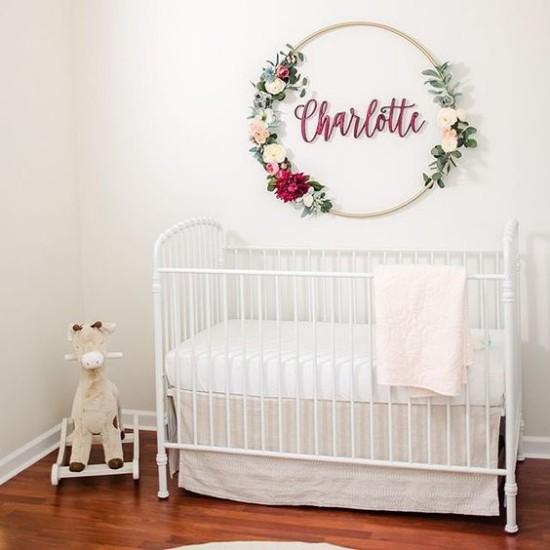Babyzimmer Deko Ideen weißes Ambiente blumige Wanddeko über dem Bett Liebe Behaglichkeit ausstrahlen