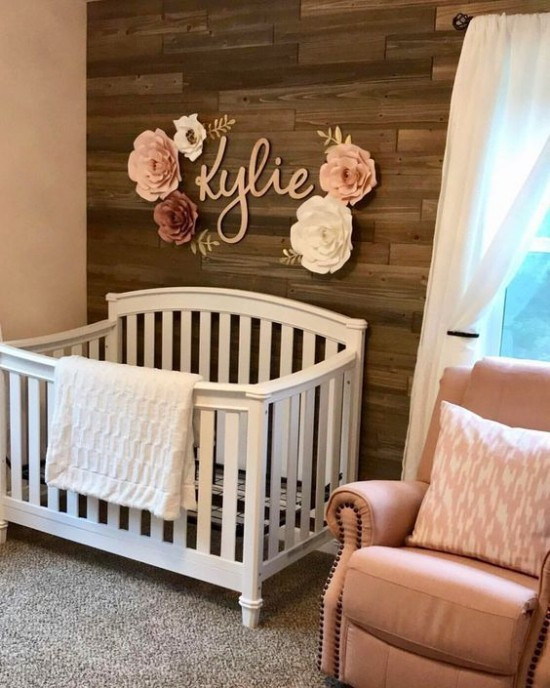 Babyzimmer Deko Ideen weißes Bett im Kontrast zu dunkler Holzwand florale Deko