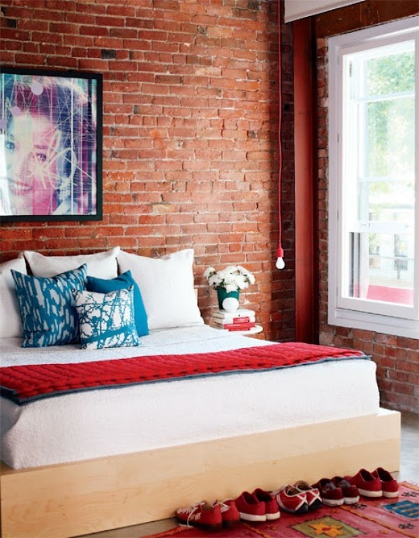 Backsteinwand im Schlafzimmer Rotbraun Originalfarbe alles andere weiß