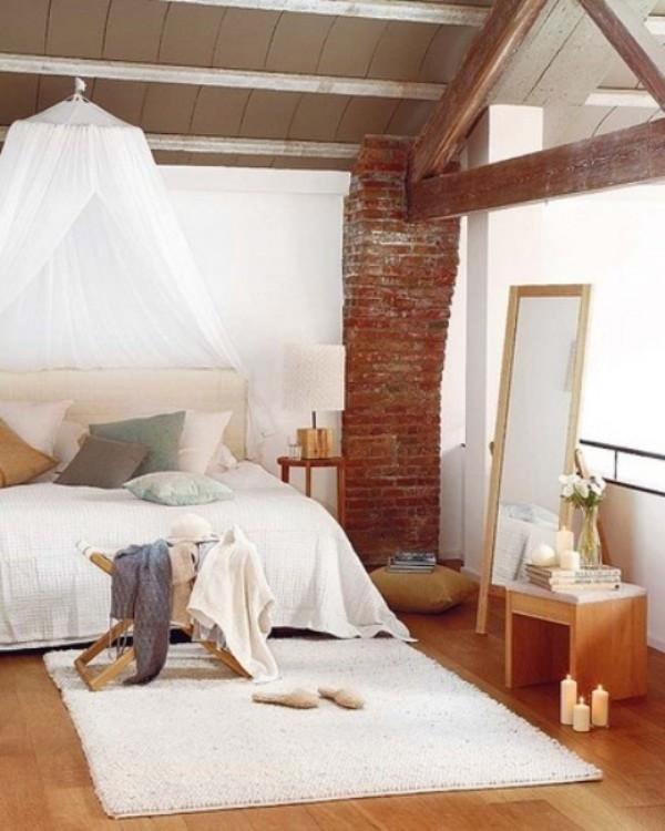Backsteinwand im Schlafzimmer in Boho Style weiß rotbraun und Holz im Kontrast