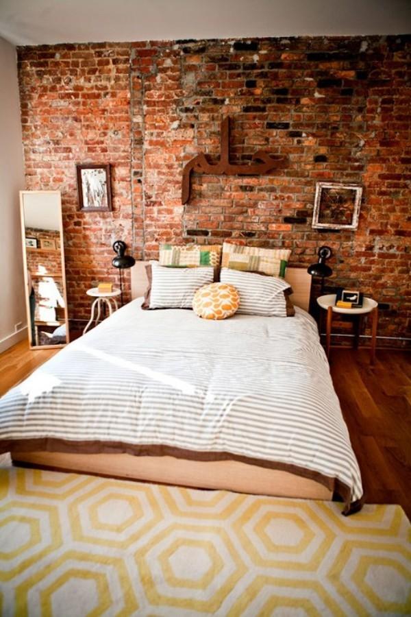 Backsteinwand im Schlafzimmer intensive Farbe nicht gut gleichmäßig bearbeitet noch auffälliger