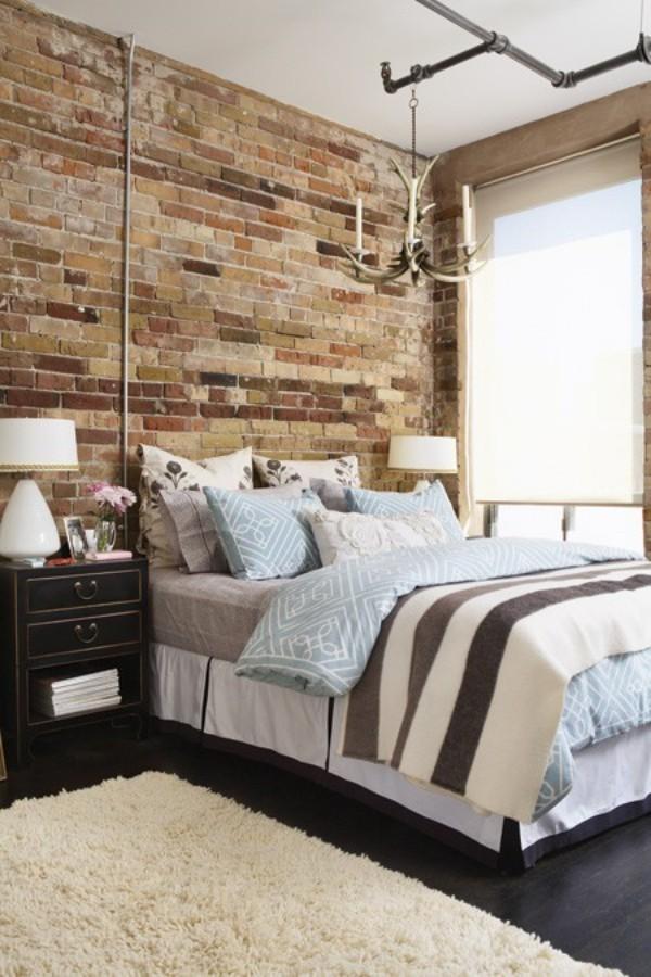 Backsteinwand im Schlafzimmer mit rustikalen Touches Bett Nachttisch Lampe Deko