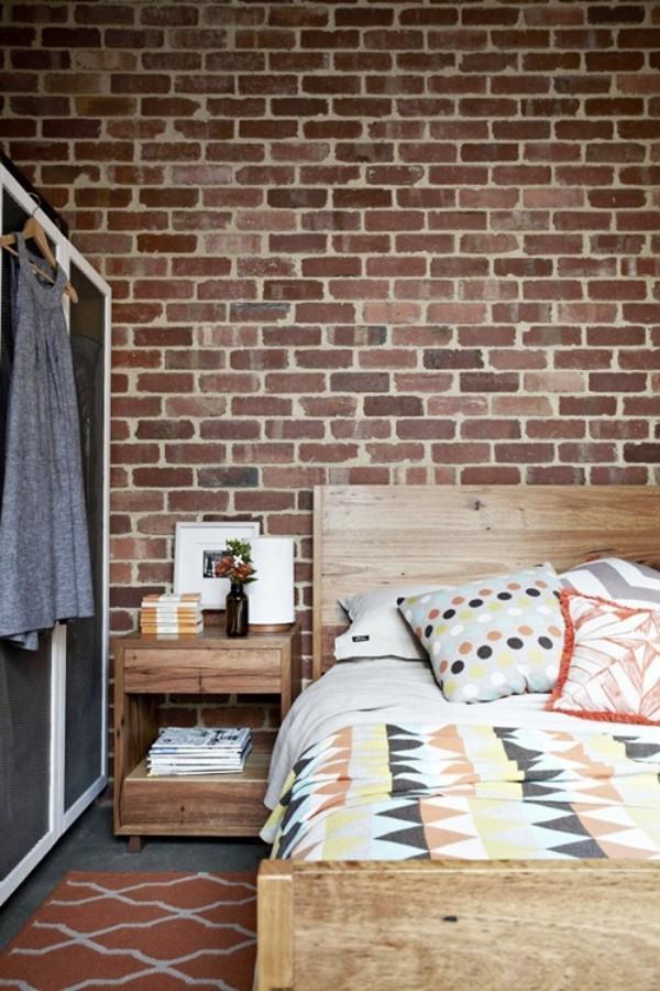Backsteinwand im Schlafzimmer mit rustikalen Touches Bett Nachttisch aus Holz