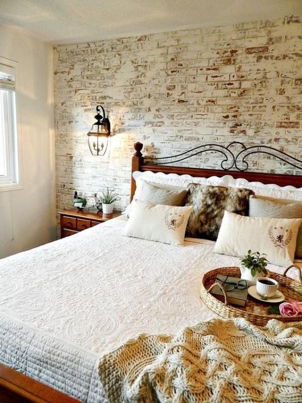 Backsteinwand im Schlafzimmer mit rustikalen Touches Ton in Ton sehr gemütlich